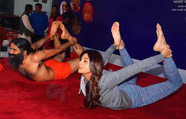 shilpa.shetty-and-baba-ramdev-doing-yoga