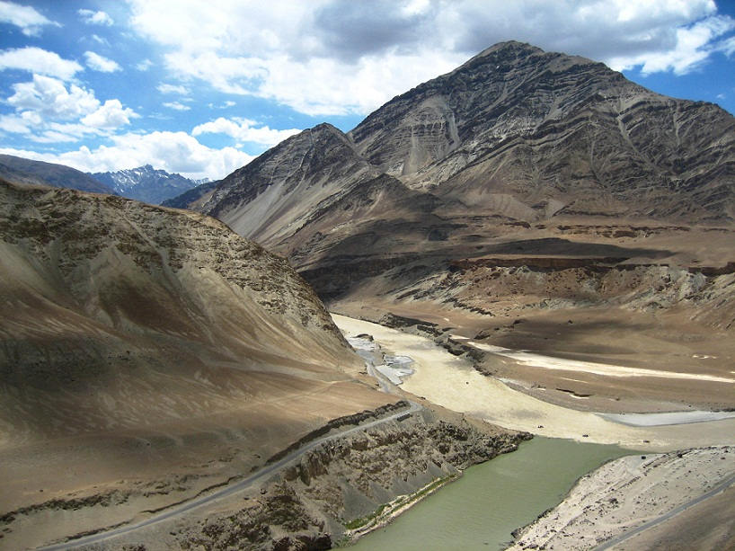 Zanskar_and_Indus_river_confluence,_in_Ladakh
