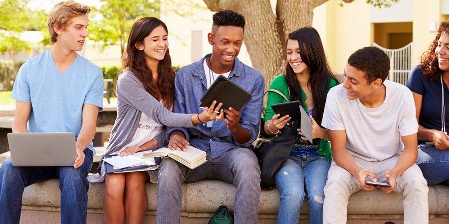 high-school-friends-in-college