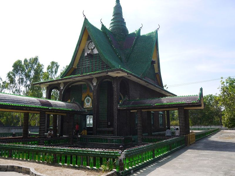 Unique-Bottle-Recycling-Building-a-Thai-Temple-from-One-Million-Bottles-Homesthetics-12