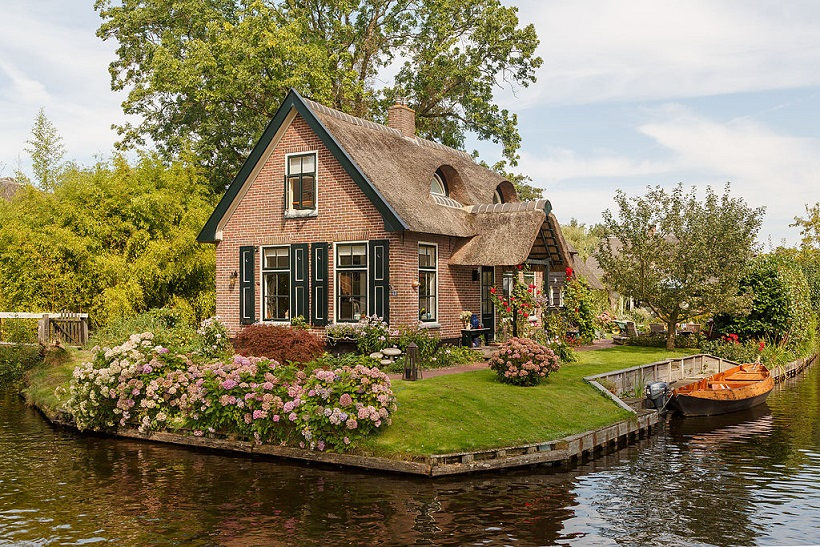Giethoorn_Netherlands_Channels-and-houses-of-Giethoorn-16