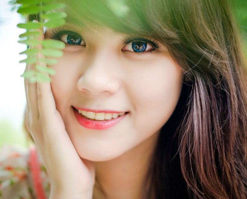 girl-smile-cute-with-blue-eyes