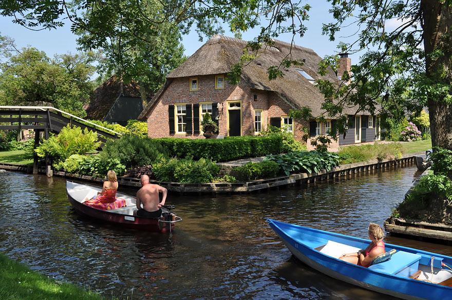 water-village-no-roads-canals-giethoorn-netherlands-3