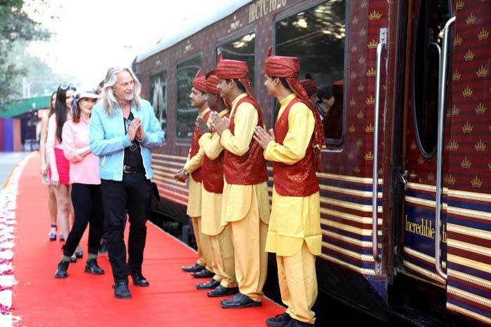 maharajas-express-train-welcomes-at-station